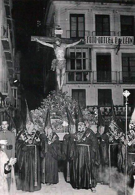 Primera procesión con trono cedido por la Cofradía del Stmo (1943)